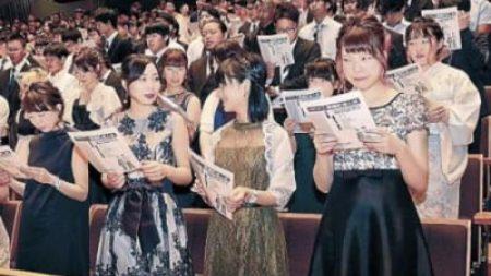 ドレス、浴衣で成人式 津幡、県内唯一の盆時期実施