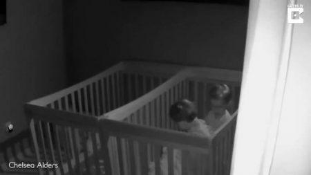 【暗視カメラは見た!】ホラー 深夜ベビーベッドから抜け出す双子の兄弟