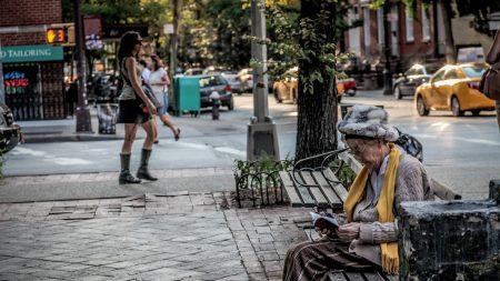 【求職難】絶望する求職者をなぐさめた、バス停で出会った女性の言葉とは?