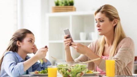 【本当はこわい親のスマホ依存】小児科医も「親のスマホ制限」勧める