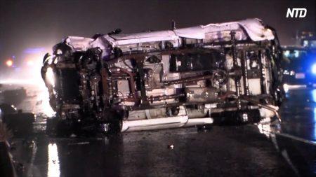 【動画ニュース】米国境付近で警察に追跡されトラック横転 3人死亡